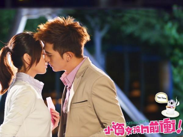 Alice Ke Jia Yan and Roy Chiu Ze Kissing Wallpaper