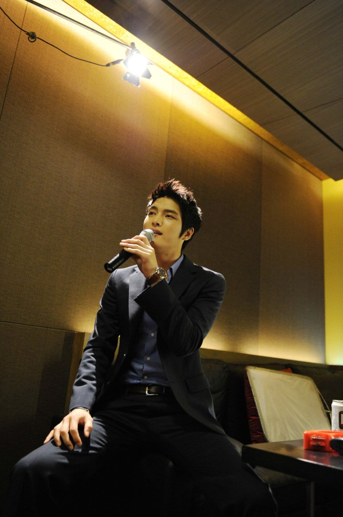 Jaejoong Sings in Karaoke