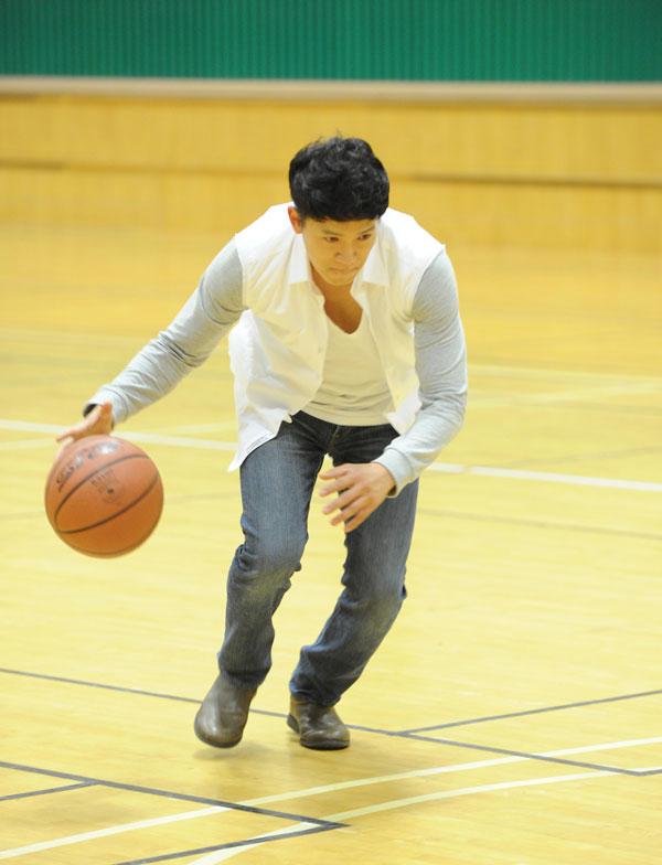 Ji Sung Plays Basketball