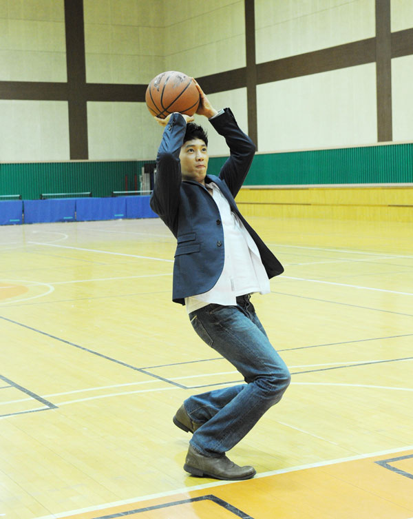 Ji Sung Plays Basketball