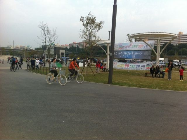 Behind the Scene - Yoon Sang Hyun and Choi Ji Woo Cycling