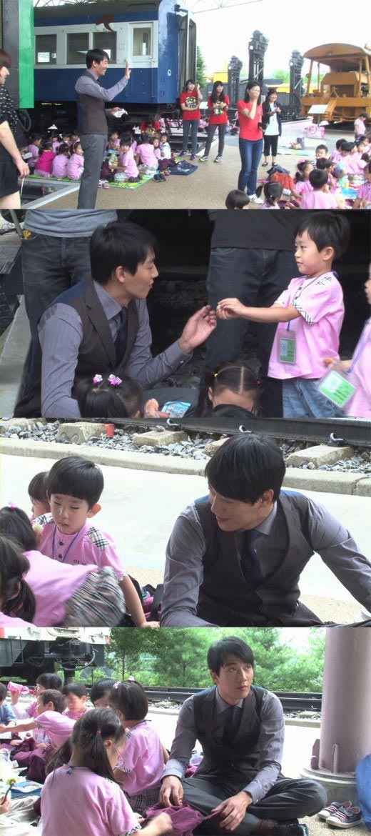 Kim Rae Won with School Children During Photo Shooting