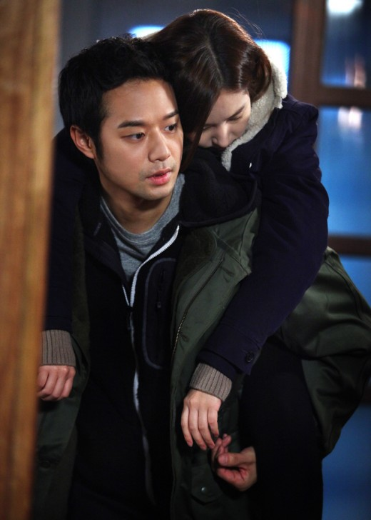 Chun Jung Myung Carries Park Min Young on Back