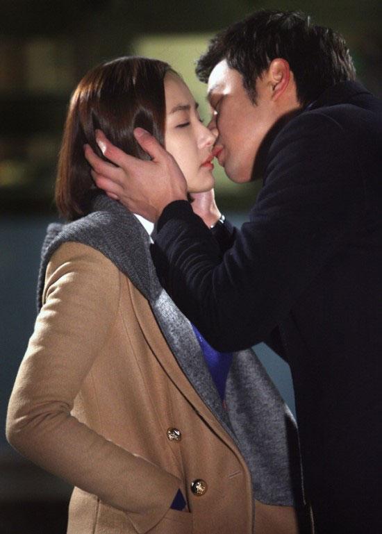 gloryjane-chun-jung-myung-park-min-young-kiss3