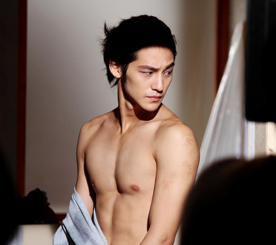 kim bum undress to show muscular body in padam padam