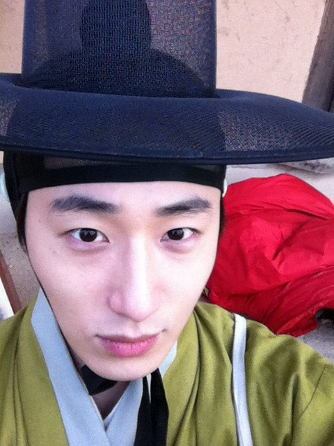 In the photo, Jung Il Woo wore a green hanbok, black gauze cap, and is ...