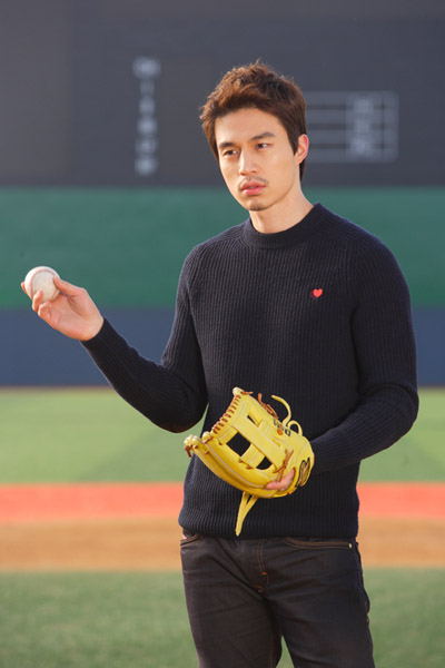 wildromance-lee-dong-wook-baseball2