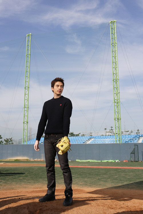 wildromance-lee-dong-wook-baseball3