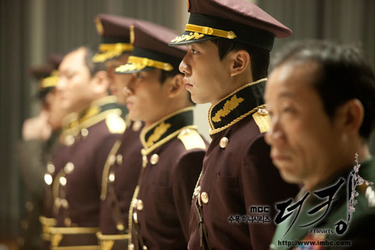 king-lee-seung-gi-uniform2